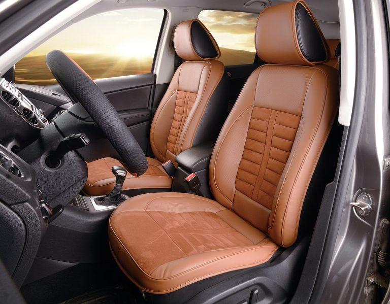 Die Innenausstattung eines Autos besteht aus braunen Kunstledersitzen in Kombination mit Alcantara.