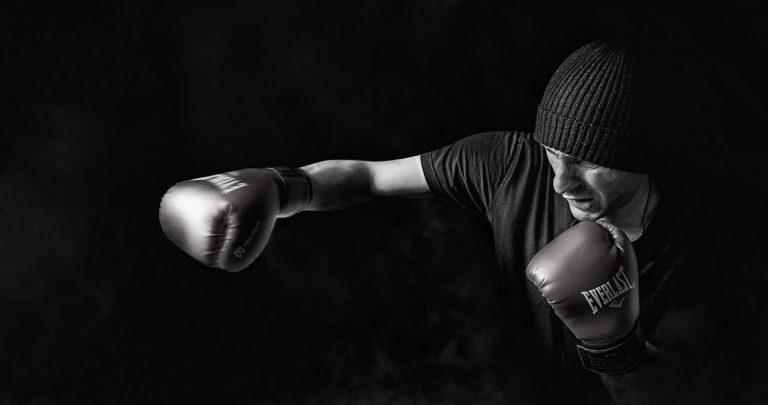 Eine Einsatzmöglichkeit für Kunstleder im Sport: Ein Mann trägt Boxhandschuhe und trainiert